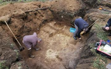 Háromezer éves bronzkori sírokat találtak a tiszadobi Andrássy-kastély udvarán
