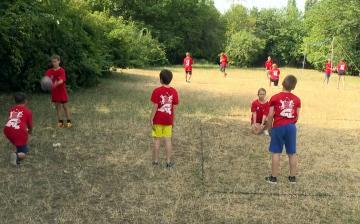 Nyári táborban fiatal röplabdázók