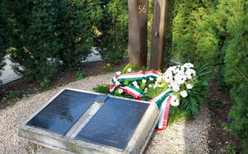 Ünnepi megemlékezés a temetői kopjafánál