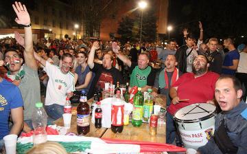 Parázs hangulat a Városháza téren, kár, hogy a válogatott nem nyert