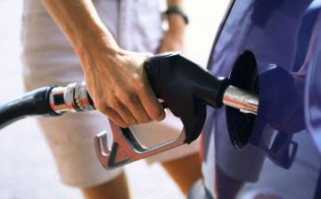 Holnaptól drágábban tankolunk