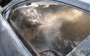 Füstölő autóban ragadt a sofőr