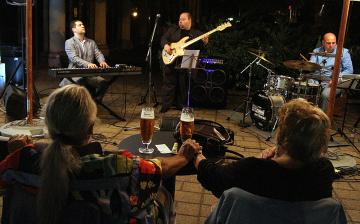 Finom muzsika, kemény alapokon - Benda Trió a Művészben