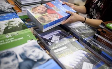 735 ezer diák kap ingyen tankönyvet