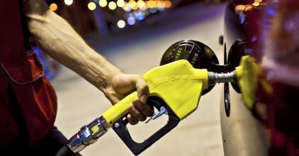 Nem áll meg a benzin ára