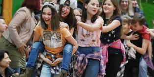 Felsősök farsangja a Móricz iskolában - fotó: Sándor Judit